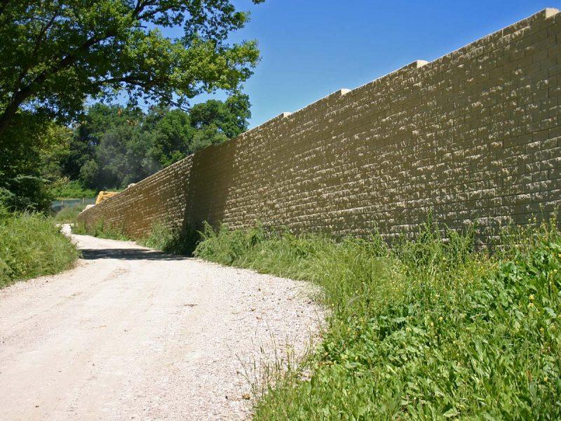 Muro di sostegno a blocchi per rilevato stradale Sistema Tenax T-Block