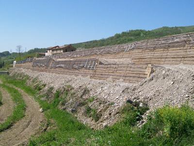Terre rinforzate per rilevati stradali e ferroviari Sistema Tenax Rivel