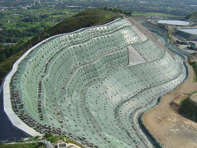 Argini di discarica in terra rinforzata Sistema Tenax Rivel